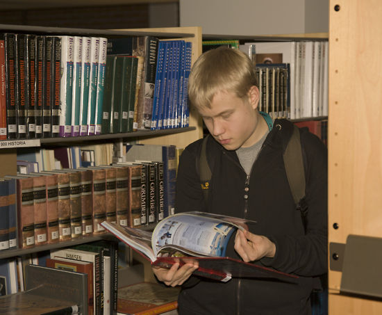 Munkkiniemi School has a library with 23,000 volumes.