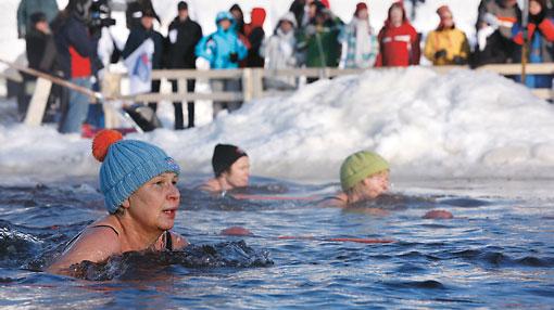La natation hivernale, ou natation en eau glacée, est particulièrement populaire auprès des femmes. Une foule chaudement vêtue est toujours au rendez-vous pour encourager les concurrents lors des championnats finlandais annuels de natation hivernale.