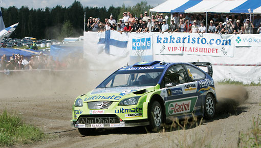 Der Fahrer Mikko Hirvonen durchfährt die legendäre Ouninpohja-Etappe bei der Rallye Finnland in Jyväskylä.