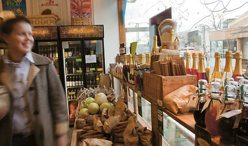 Parfois, on tombe sur un petit commerçant vendant de délicieuses spécialités artisanales locales. Le nombre de commerces spécialisés dans le bio et les produits des petits producteurs locaux n'a cessé d'augmenter ces dernières années, beaucoup de ces denrées se retrouvant aussi dans les supermarchés.
