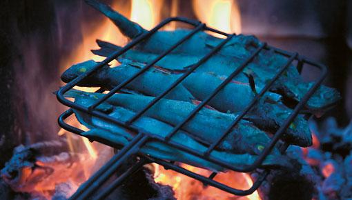 Flackernde Flammen und knisterndes Holz machen das Fischgericht zu einem echten Geschmackserlebnis.