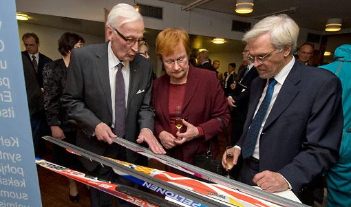 总统塔里娅•哈洛宁(Tarja Halonen)女士及其配偶本迪•阿拉亚勒维(Pentti Arajärvi)先生在创新芬兰2010的颁奖仪式上察看滑雪板。这一全天候使用的芬兰滑雪板获得了创新奖。