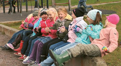 Schüler der Unterstufe erholen sich in der Pause drauβen, wobei Wind und Wetter kein Hindernis sind.