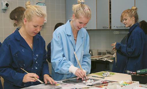 Oona Niemelä (Mitte) mit Klassenkameraden beim Abziehen von Grafikblättern.