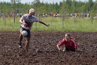 Hyrynsalmi est avant tout populaire pour sa station de sports d'hiver voisine d'Ukkohalla, mais aussi (ci-dessus) pour son championnat annuel mondial de football dans la boue!