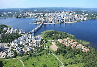 Die Stadt Jyväskylä, die größte Stadt in Mittelfinnland, liegt in einer Seenlandschaft.