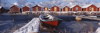 Des abris à bateaux à Raippaluoto, une localité située à l'extrémité nord de la Baltique sur le golfe de Botnie ; c'est à cet endroit que le bras de mer séparant la Finlande des côtes suédoises est le plus resserré.