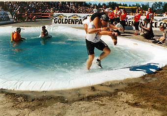 O campeonato mundial de carregamento de mulheres em Sonkajärvi atrai a atenção da mídia internacional.