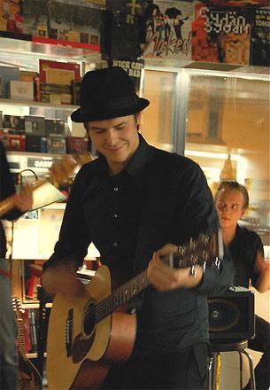 Финская группа Damn seagulls выступал в магазине Levykauppa X в г. Хельсинки в феврале 2009 г.