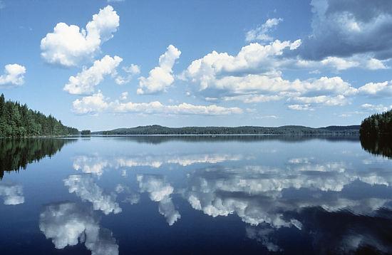 In 80% der finnischen Seegebiete ist die Wasserqualität ausgezeichnet bis gut. Das Wasser in der Nähe von Industriestandorten hat sich verbessert. Doch Finnlands Binnengewässer sind seicht und empfindlich, deshalb müssen sie auch weiterhin beschützt werden.