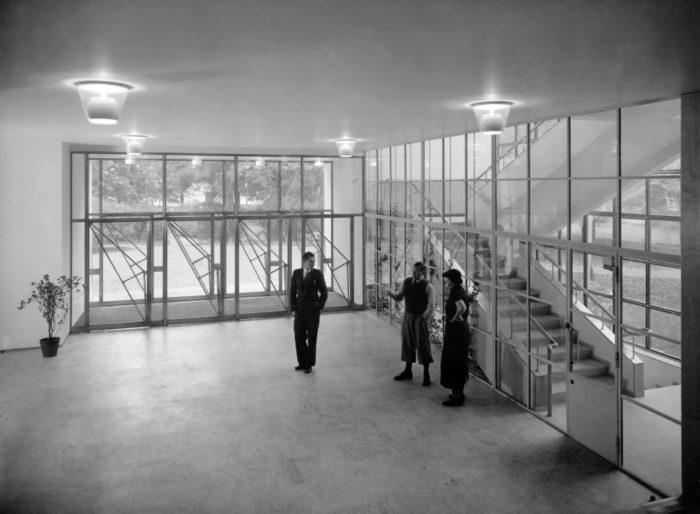 Архитекторы Аарне Эрви, Алвар Аалто и Айно Аалто в Библиотеке Алвара Аалто в Выброге в 1935 г.
