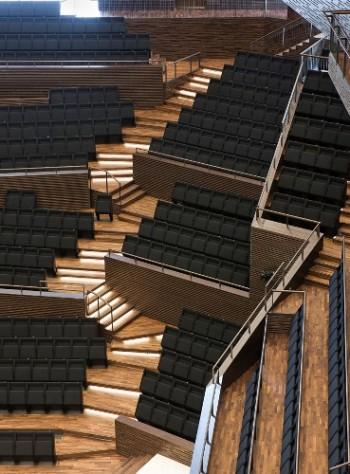 La salle de concert principale a une configuration en terrasse, faisant penser à un vignoble.