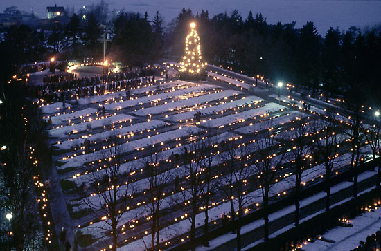 Christmas Eve in a candlelit cemetery - thisisFINLAND