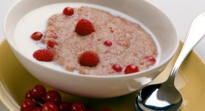Trois grands classiques de la table finlandaise qui vont particulièrement bien ensemble : le lait, le porridge de flocons d'avoine et les baies.