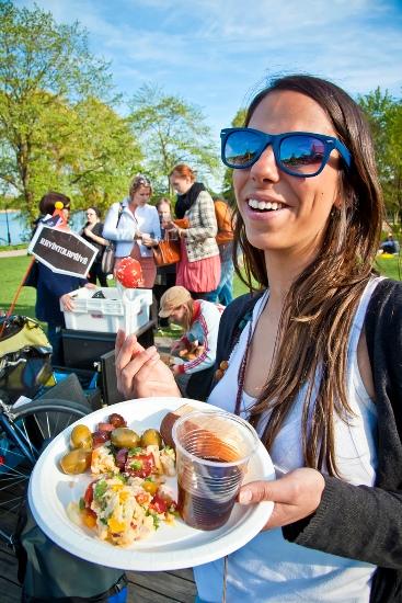 Pyöräbaari (Le Vélo-bar), Helsinki : Michelle apprécie l'assiette de tapas qu'elle s'est fait servir à un mini-bar à vélo. (Photo: Timo Santala/Restaurant Day)
