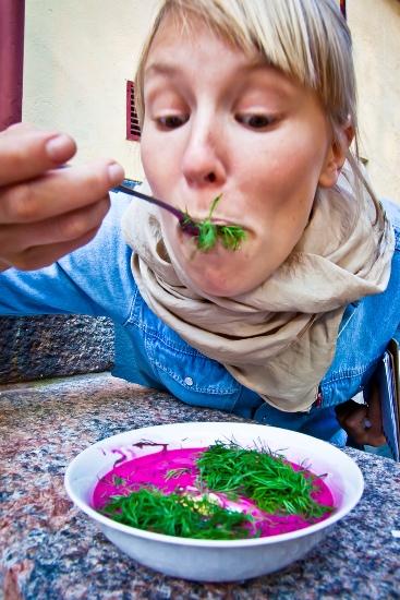 Kuchnia Polska, Helsinki : Ida Kukkapuro savoure une soupe polonaise à la betterave dans un restaurant installé dans une vaste cour intérieure arborée. (Photo: Timo Santala/Restaurant Day)