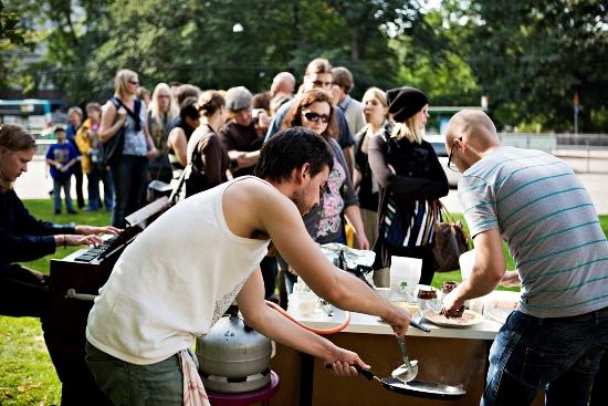 La Petite Crêperie de Rue, Helsinki : tandis que l'équipe de restaurateurs s'affaire à la préparation des crêpes, les convives affamés patientent en écoutant un concert d'orgue Hammond. (Photo: Tuomas Sarparanta/Restaurant Day)