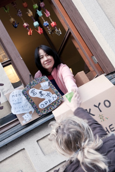 Tokyo Kitchen, Helsinki : Yumi Matsumoto en train de servir des gyozas et de la soupe au maïs depuis la fenêtre de son appartement du quartier de Punavuori. (Photo: Kimmo Lind/Restaurant Day)