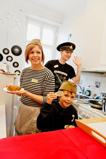 3 Mishki (Les Trois Oursons), Helsinki : Tania, Nikita (au premier plan) et Andrei préparent et servent des mets russes traditionnels dans leur cuisine. (Photo: Heidi Uutela/Restaurant Day)