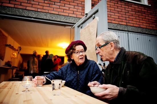 Le Garage, Helsinki : dans la banlieue résidentielle de Kulosaari, ce couple est venu découvrir un restaurant tenu par ses voisins. (Photo: Heidi Uutela/Restaurant Day)