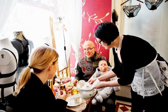 Punavuori Tearoom, Helsinki : Tyra Therman, créatrice de lingerie, sert du thé avec des tartelettes et des petits gâteaux dans sa boutique. (Photo: Heidi Uutela/Restaurant Day)