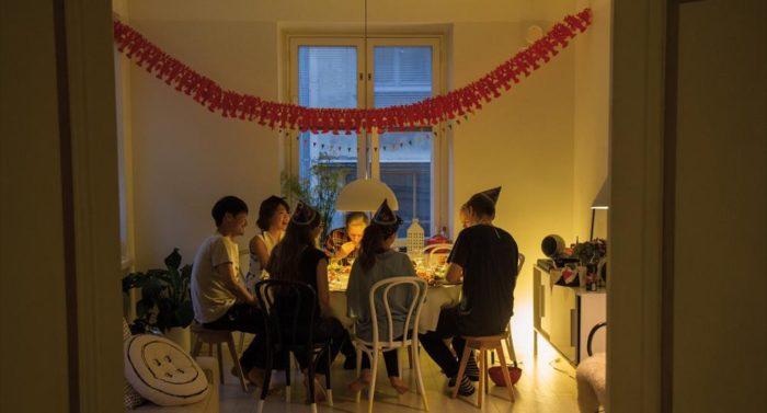 一个完美的小龙虾派对带来如许多的乐趣,以至于让人不觉时间的流逝,似乎忽然间就到了夜半时分。