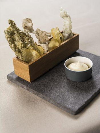 Ask(询问)餐厅推出的开胃菜和雕塑艺术蔬菜脆片。