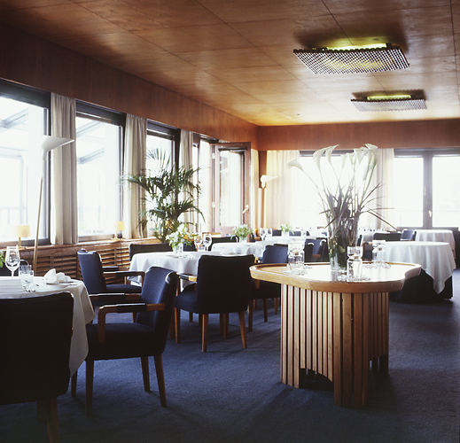 The 1930s décor of the Savoy Restaurant in Helsinki (interior design by Alvar Aalto).
