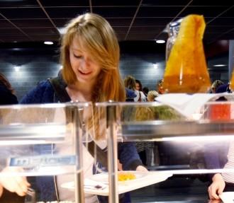 Le repas chaud gratuit servi dans les établissements fait partie du programme scolaire officiel.