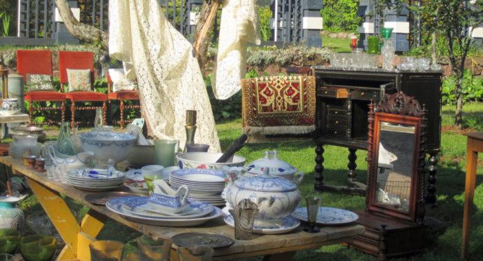 В рамках мероприятия Старые дома Ловийсы проводится крупнейшая антикварная ярмарка, организуются блошиные рынки и аукционы антиквариата.