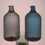 i色的鸟型玻璃瓶和玻璃制品。1956年。吹制。芬兰伊塔拉玻璃制品公司。 i色,蓝灰色,淡紫灰色,烟灰色和绿灰色由蒂莫•萨勒拔内瓦于1956年在伊塔拉玻璃制品公司开发。