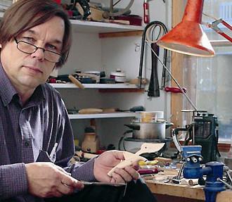 """© Fiskars Olavi Lindén : """"Du violon à un outil de jardinage, il n'y a pas si loin que ça: les deux instruments doivent être adaptés au mieux à la prise en main et à un effort minimum""""."""