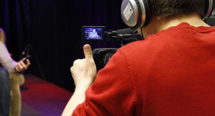 Центр по делам молодежи Happi в Хельсинки помогает подросткам раскрыть свои таланты и даже определиться с выбором профессии в будущем. На фото: видеосъемка в Happi.
