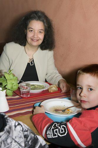学生们和老师们在舒适的午餐室里一起用午餐。