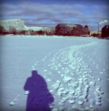 Beaucoup de visiteurs sont étonnés et impressionnés lorsqu'ils découvrent qu'en hiver, on peut se promener sur la mer gelée, notamment en rade d'Helsinki.