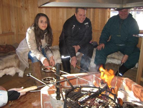 L'Espagnole Pilar Díaz (à gauche), lors d'un barbecue, s'entretient le mieux du monde avec des habitants 100% grand teint de Turku.