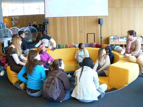Visite à la bibliothèque principale de Turku: les étudiants venus dans le cadre d'un échange sont impressionnés par le système de prêts des bibliothèques.