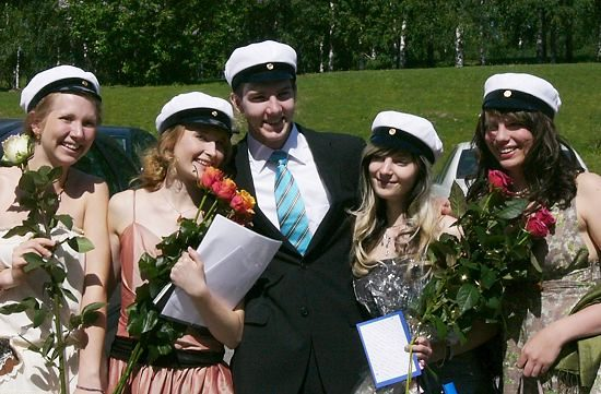 A group of students celebrates after graduating from upper secondary school.