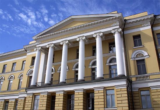 """Al escuchar la palabra """"universidad"""", lo primero que viene a la cabeza de muchos finlandeses es el edificio principal de la Universidad de Helsinki, diseñado por Carl Ludwig Engel y terminado de construir en el año 1832."""
