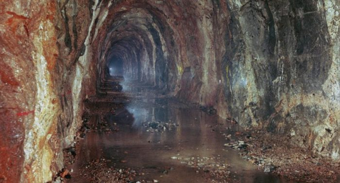 A água flui do Lago Päijänne até Helsinque através deste túnel escavado em um leito de rocha (foto tirada durante as obras).