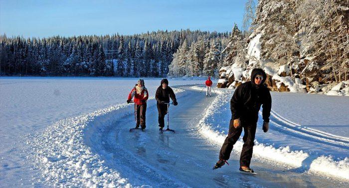 Con el invierno, el patinaje, los patinetes de nieve, el esquí de fondo, las motos de nieve y las raquetas se imponen sobre la superficie helada de los lagos.