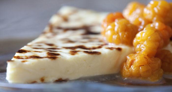 Морошка – самая дорогая из дикорастущих финских ягод. Ее часто подают со специальным сыром, leipäjuusto.