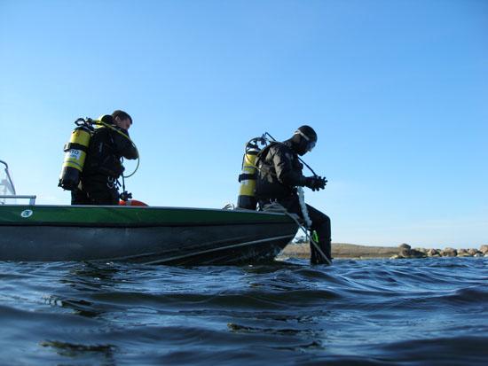 Members of the VELMU team get ready to take the plunge. (Photo: Heidi Arponen/Metsähallitus)