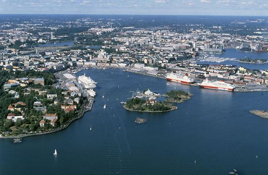 Foto izquierda: © Banco de imágenes de ENT    Foto derecha: © ENT/Karsten Bidstrup      El puerto sur de Helsinki en verano (izquierda) y en invierno (derecha).
