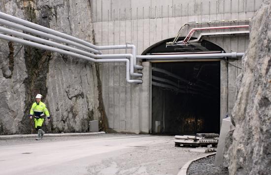 Entrada al túnel de acceso perforado en el lecho de roca que alcanza una profundidad de más de 420 metros.