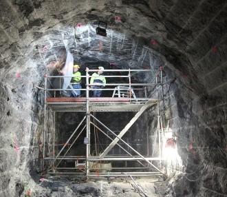 Varios investigadores examinan el lecho de roca de Onkalo entre las fases de excavación. Foto: Posiva
