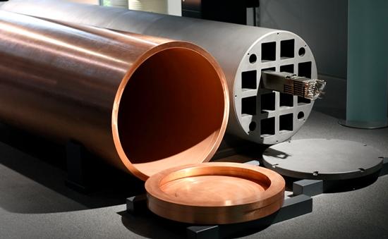 Die abgebrannten Brennelemente werden in einen Kupferkanister (links) mit stärkenden Sphärogusseisen-Waben (rechts) verpackt.