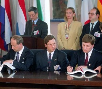 Un Moment historique : le 24 juin 1994, la Finlande signe le Traité d'adhésion à l'Union européenne lors du Conseil européen à Corfou. Assis (de gauche à droite) : Veli Sundbäck, secrétaire d'Etat du ministère finlandais des Affaires étrangères, Pertti Salolainen, vice-Premier ministre et ministre du Commerce extérieur, Esko Aho, Premier Ministre finlandais et Heikki Haavisto, ministre des Affaires étrangères