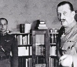 Mannerheim showing his headquarters to German visitors in 1941. In the background is his first aide-de-camp, Major Ragnar Grönvall.