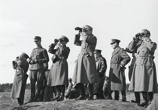 The commander-in-chief with his generals and staff at the Rajajoki River in August 1941, observing Leningrad and the fortress of Kronstadt. Rajajoki (Border River) had been the border of Russian and Finland, or more precisely Russia and Sweden-Finland since the Treaty of Schlüssleburg of 1323.